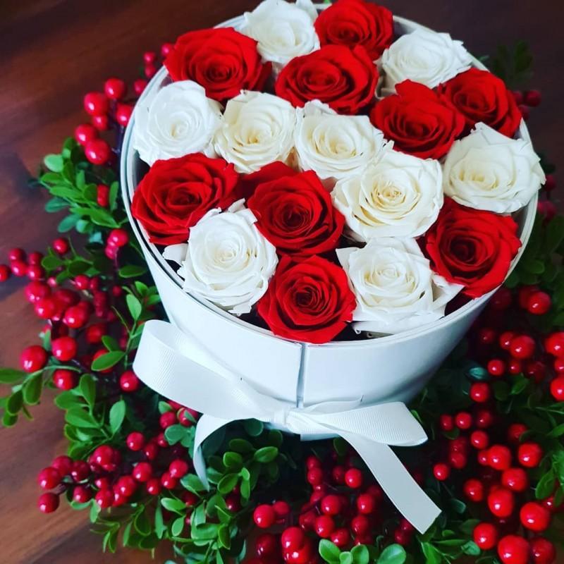 Неувядающие цветы в коробке на новый год, 17 роз